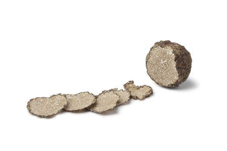 truffe blanche: Noire truffe d'hiver la truffe et les tranches sur fond blanc