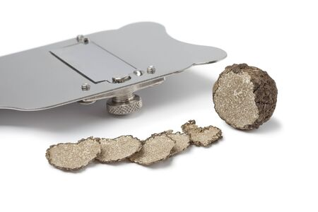 truffe blanche: Noire truffe d'hiver et de trancheuse sur fond blanc Banque d'images