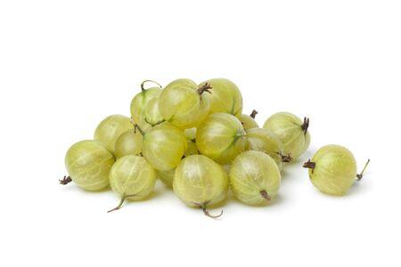 grosella: Montón de grosellas verdes sobre fondo blanco
