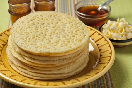 Heap of Moroccan beghrir pancakes served with honey and butter Banque d'images