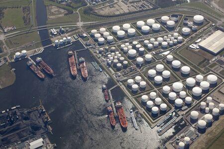 petrochemie industrie: Luchtfoto van de haven Rotterdam Pernis Nederland met petrochemische industrie