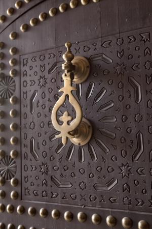 Heurtoir métal sur la porte en bois Marrakech, Maroc, Avril 1, 2012 Banque d'images - 15356330