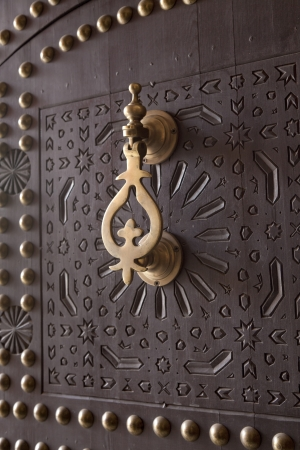 Metalen Doorknocker op houten deur Marrakech, Marokko, 1 april 2012 Stockfoto