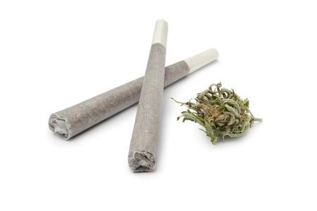 articulaciones: Dos buques frigor�ficos con un bastoncillo de marihuana en el fondo blanco