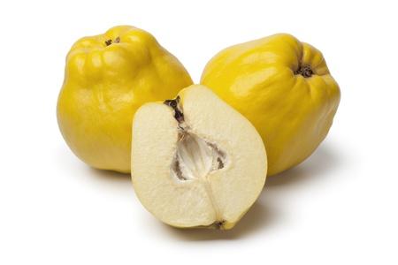 membrillo: Membrillos frescos amarillas enteras y medias en el fondo blanco