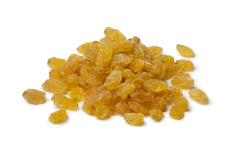 Heap of Sultana raisins on white background Banque d'images