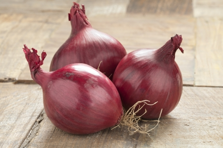 red onions: Whole red onions on the table