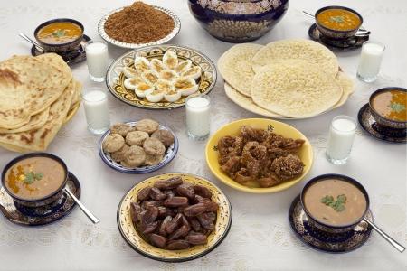 Traditionele Marokkaanse maaltijd voor iftar in de tijd van de Ramadan na het vasten is verbroken