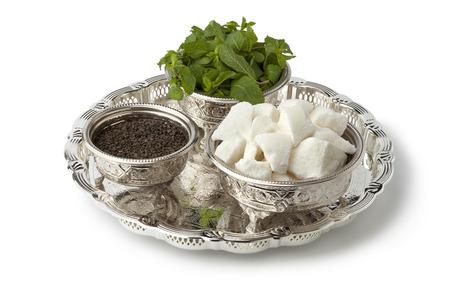 모로코 차 설탕, 민트와 흰색 배경에 전통적인 그릇에 차 세트