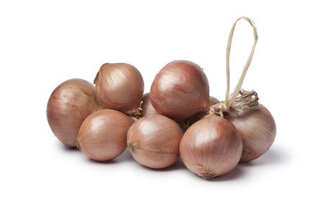 onions: Cebolla rosada Roscoff en el fondo blanco Foto de archivo