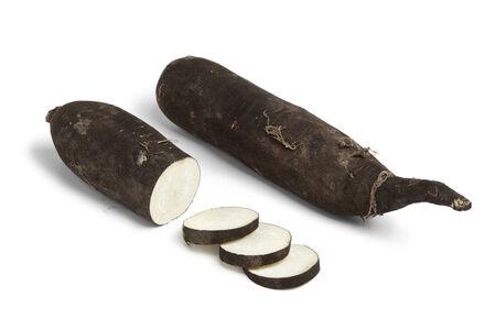 Schwarzer Rettich mit Scheiben auf weißem Hintergrund Standard-Bild - 25868720