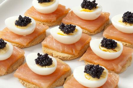 huevos de codorniz: Merienda con salmón, huevos de codorniz y huevas de liebre de mar en pan tostado