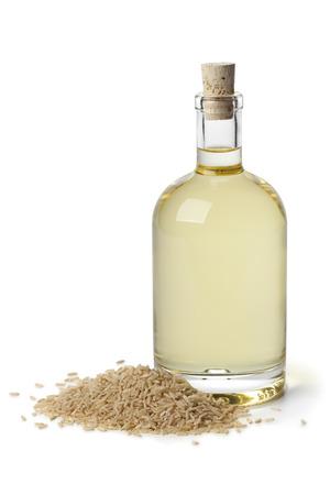 Rice olie in een fles op witte achtergrond