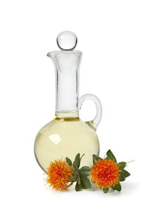 Fles met Saffloer olie op een witte achtergrond