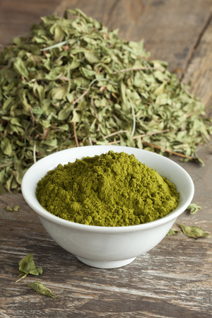 Moroccan henna leaves and powder in a bowl Standard-Bild
