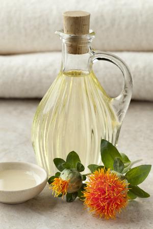 Bouteille avec de l'huile de carthame cosmétique Banque d'images - 31913450