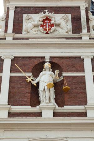 dama justicia: Estatua de la Justicia en la fachada del ayuntamiento de Haarlem, Pa�ses Bajos Editorial