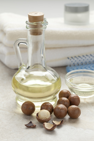 macadamia: Bottle with cosmetic macadamia oil and nuts