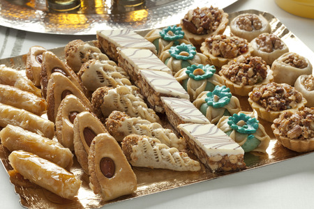 Dish with fresh baked Moroccan cookies served with tea Standard-Bild