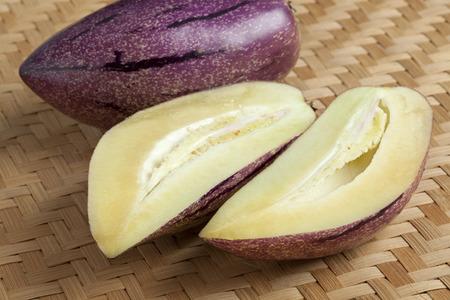 pepino: Fresh whole and partial pepino fruit