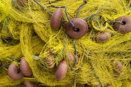 redes de pesca: Redes de pesca amarillas secas antiguas Foto de archivo