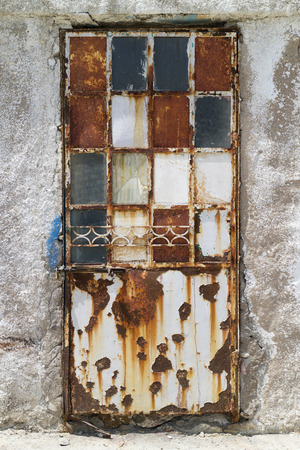 puertas antiguas: Vieja puerta oxidada decorada en decadencia Foto de archivo