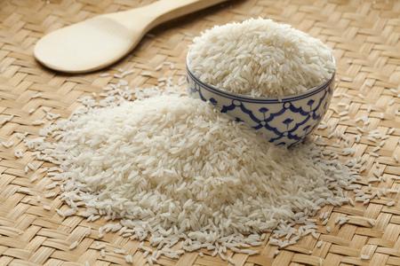jasmine rice: Taz�n con el blanco jazm�n arroz crudo