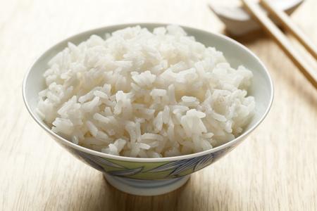 Kom met gekookte witte rijst van de Jasmijn