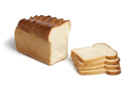 Tradicional pan blanco holandés y rebanadas en el fondo blanco