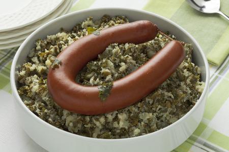 embutidos: Plato holandés tradicional con col rizada estofado y salchicha ahumada