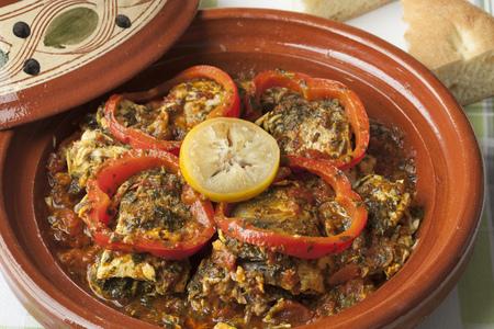 Marokkaanse vis tajine met chermoula, rode paprika en bewaard citroen close-up