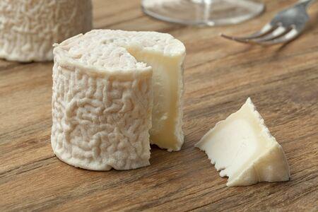 queso: Peque�o queso de cabra franc�s y una pieza