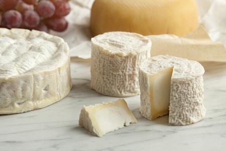 Franse kaas schotel met camembert, geitenkaas en druiven als dessert