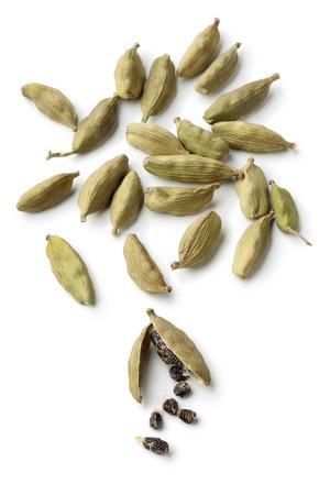 Grüne Kardamomkapseln und Samen auf weißem Hintergrund Standard-Bild