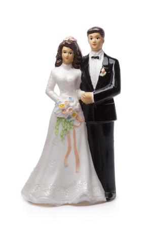 parejas romanticas: La novia y el novio, viejo adorno de torta en el fondo blanco