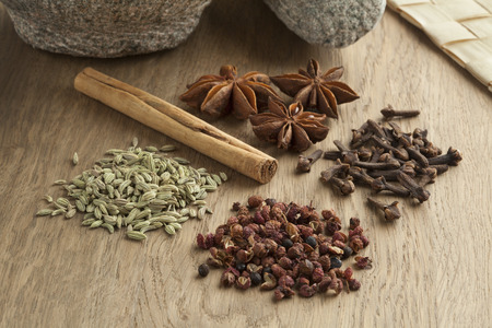 Five spices to make chinese five-spice powder 版權商用圖片