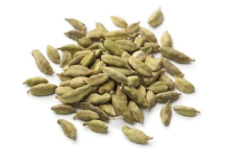 Heap von grüner Kardamom Samen auf weißem Hintergrund Standard-Bild