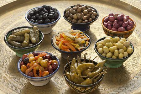 PICKLES: Variedad marroquí de aceitunas en conserva y verduras en tazones para un aperitivo