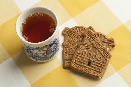 speculaas: Traditional dutch speculaas cookies and tea