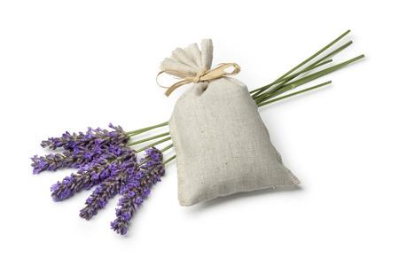 sacco di tela con i fiori secchi di lavanda e lavanda fresca su sfondo bianco
