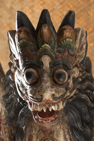 leon alado: Cabeza de un viejo singha balinesa de madera, un león con alas
