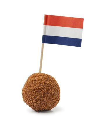 Enkele Nederlandse traditionele snack bitterbal met een Nederlandse vlag op een witte achtergrond Stockfoto