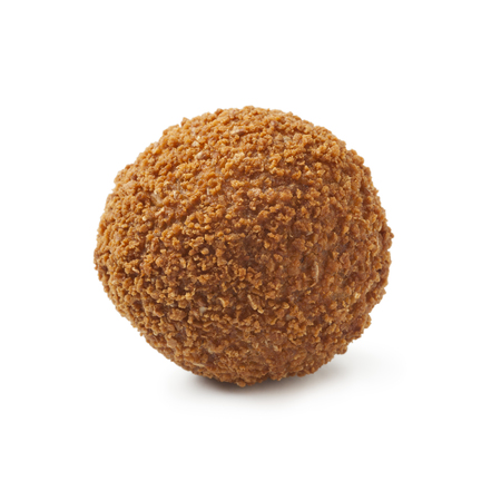Enkele Nederlandse traditionele snack bitterbal op witte achtergrond