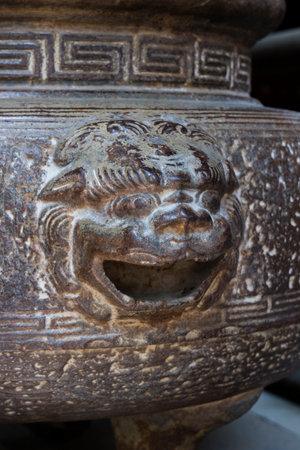 나라, 일본 -2007 년 5 월 31 일 : 나라의 Kofukuji 사원 앞의 금속 그릇에 악령을 격퇴하는 Shishi, 신화 동물의 장식의 닫습니다