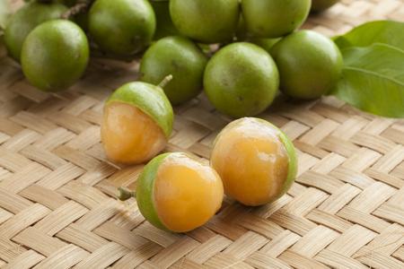 신선한 익은 껍질을 벗긴 quenepa 과일 스톡 콘텐츠