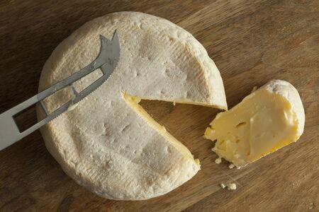 Reblochon de Savoie 슬라이스로 생우른 젖소의 우유 스톡 콘텐츠