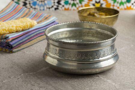 Bol à eau Hammam en métal argenté décoré Banque d'images