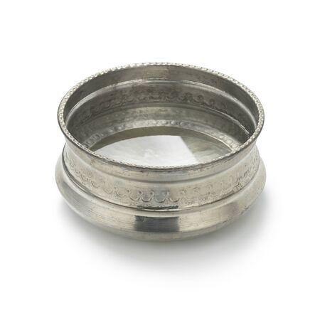 Un seul bol d'eau Hammam en métal argenté avec décoration rempli d'eau isolé sur fond blanc Banque d'images
