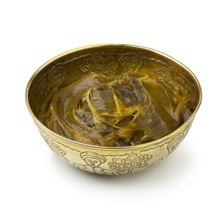 Savon beldi dans une tasse en métal décorée isolé sur fond blanc