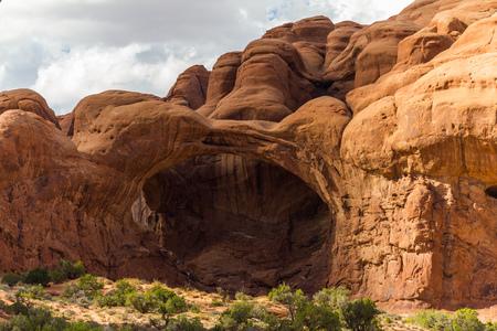 arcos de piedra: Ventana de piedra en el Parque Nacional Arches, Utah, EE.UU.
